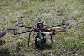 Figura 2 - Il sistema di gestione del volo e l'Hexakopter di Mikrokopter, equipaggiato con camera digitale Sony Nex 5.